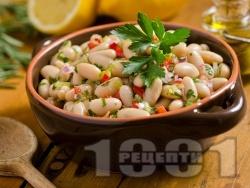 Лесна обикновена бобена салата с боб от консерва или буркан, зелени и червени чушки, лук и магданоз - снимка на рецептата